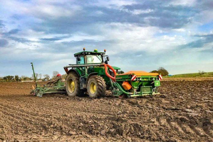 traktor na njivi